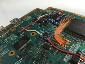 Chip instalado en Play Station 2, cortesía de Voultar, miembro de Assembler Games